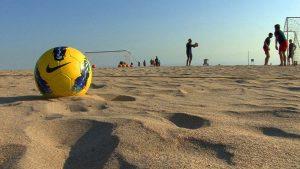 Все бразильцы учатся играть в футбол на пляже.