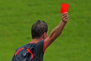 Арбитр, показавший красную карточку самому себе.