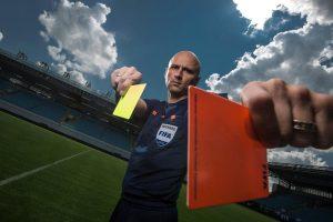 Благодаря чему у футбольных судей появились красная и жёлтая карточки?